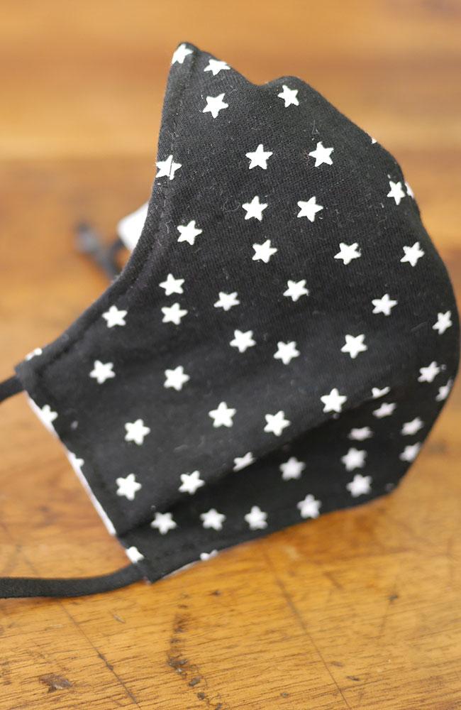 modèle-de-masque-de-protection-noir-avec-des-étoiles