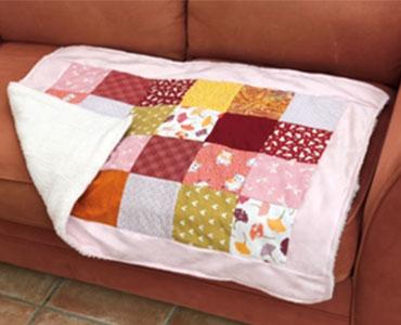 """Couverture """"style patchwork"""" aux couleurs et motifs variés"""