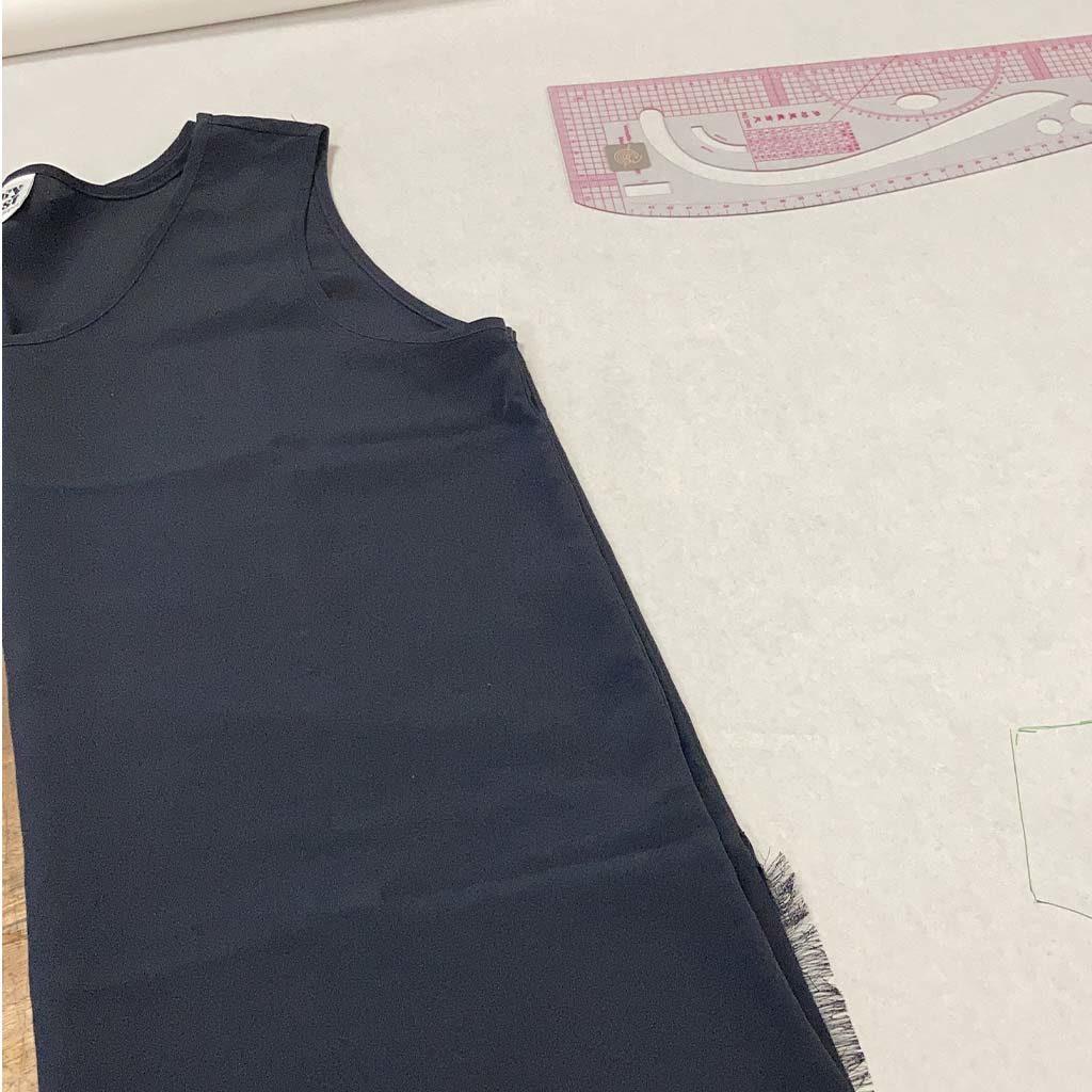 Réalisation de débardeur sur mesure en soie noire sur la photo
