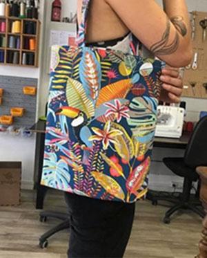 """Le Tote-bag, en d'autre terme """"sac en bandoulière"""" aux couleurs très chaleureuses que Kim a réalisé dans l'atelier de Camille"""