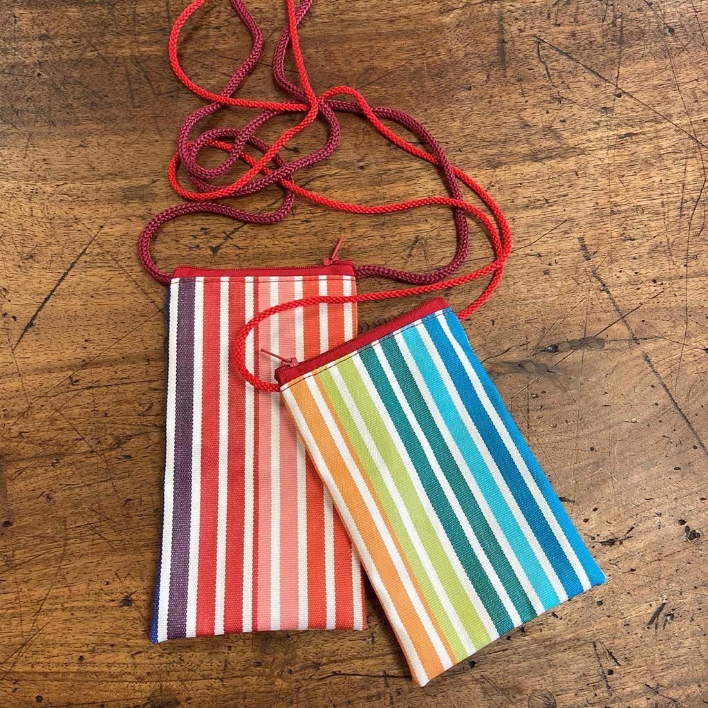 Réalisation de 2 housses pour téléphone portable réalisées en tissus rayé de couleurs vives