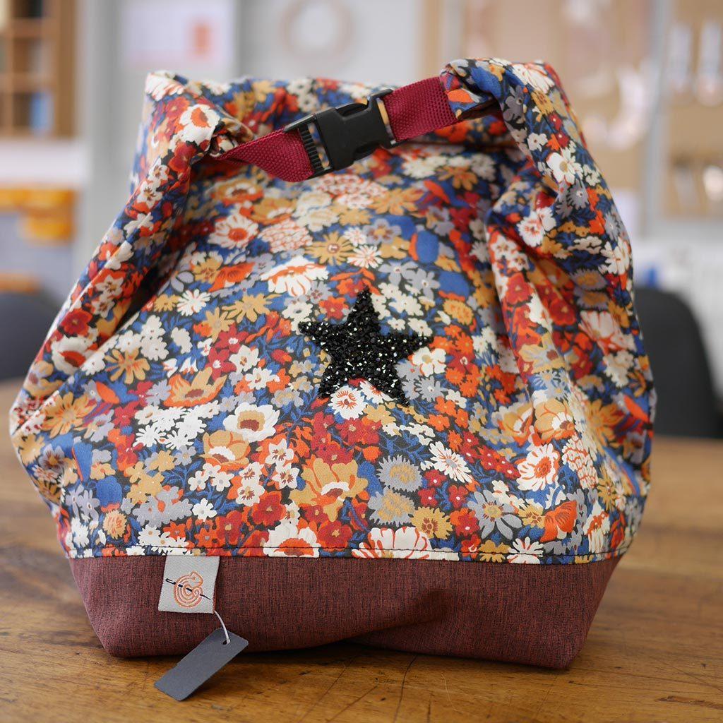Le lunch bag pour tout vos repas à emporter, Coton et gore tex (imperméable et qui garde la chaleur) lavable en machine Fermeture clip plastique, version tissus coloré fleuri (bleu, ocre, blanche, grenad, orange)