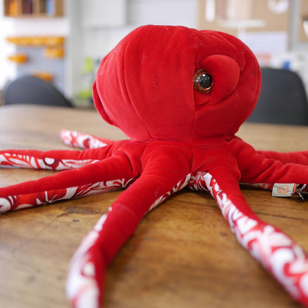 Pieuvre rouge et blanche en tissus