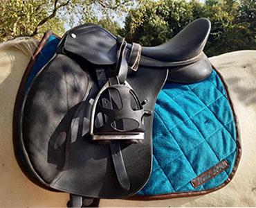 Je peux monter à cheval grâce au tapis de selle que j'ai réalisé en bleu et marron