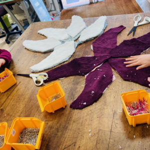 Atelier des Enfants : Découpage de l'ensemble des pièces pour la réalisation d'Etoiles de mer en tissus