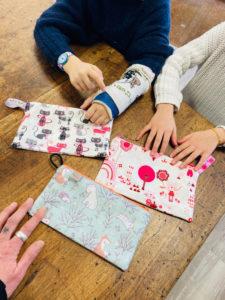 Atelier Enfants : Réalisation de trois trousses aux couleurs très variées