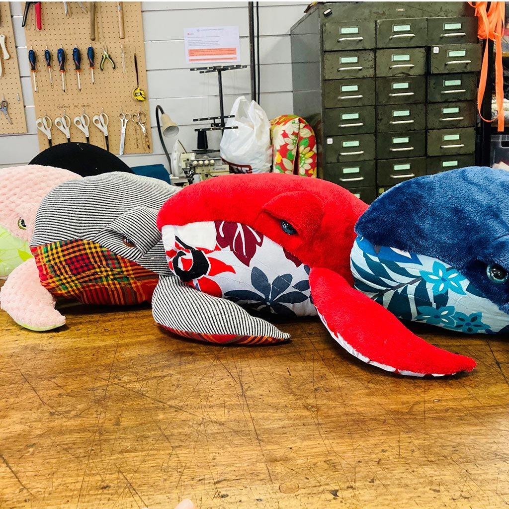 4 Doudous baleine de couleurs et tissus variés