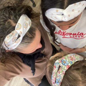Trois têtes de filles avec leurs beaux bandeaux
