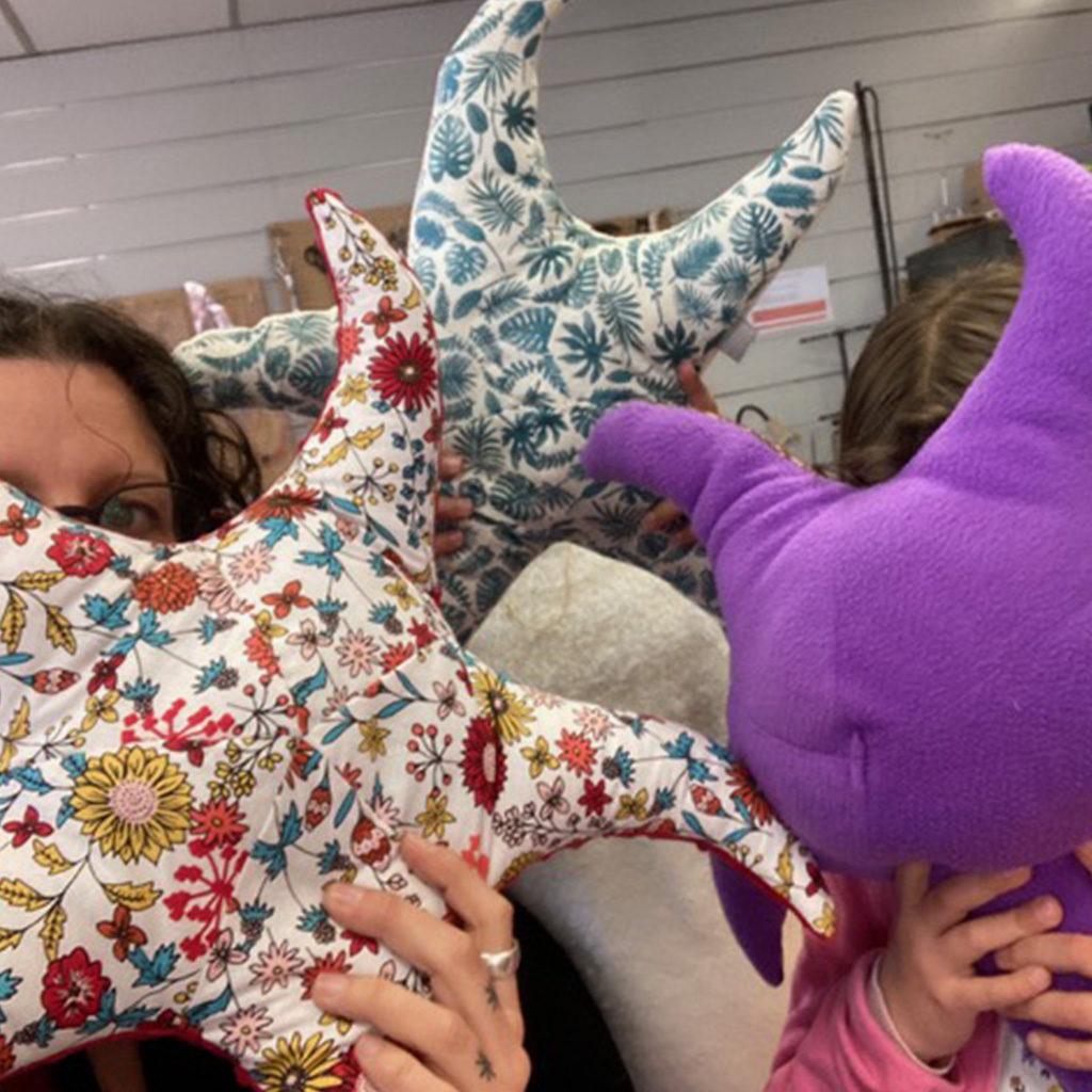 Réalisation des trois étoiles de mer à l'atelier des Enfants