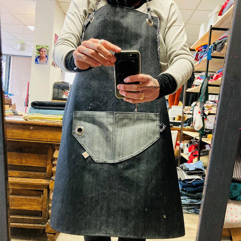 Tablier en jean noir/gris réalisé lors des cours programmés