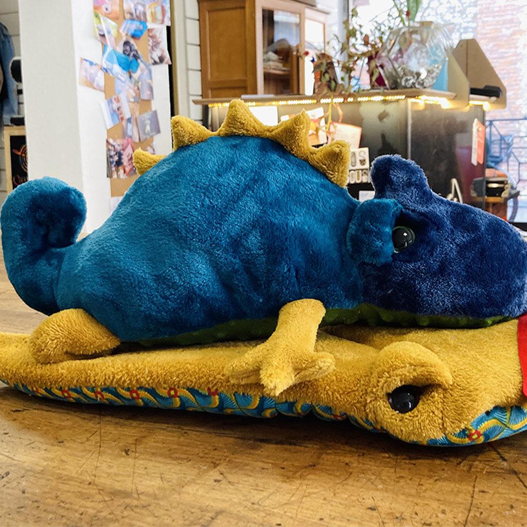 Doudou Caméléon et sa compagne la raie manta bleu et moutarde