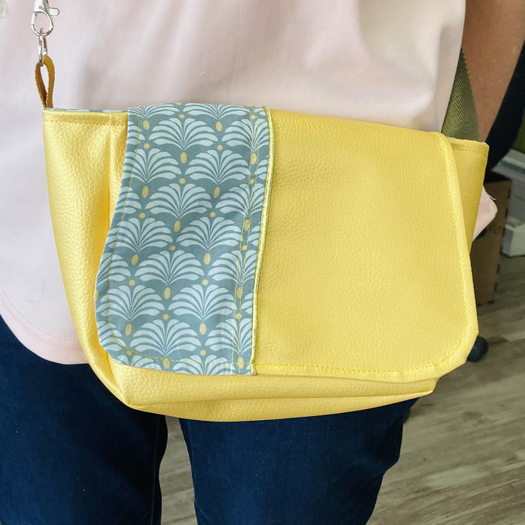 Réalisation d'un petit sac bandoulière jaune et tissu avec motifs assortis