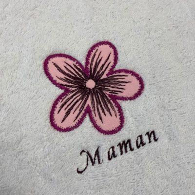 """Broderie """"une fleur rose et un script Maman"""" réalisée lors d'un atelier découverte machine à broder"""