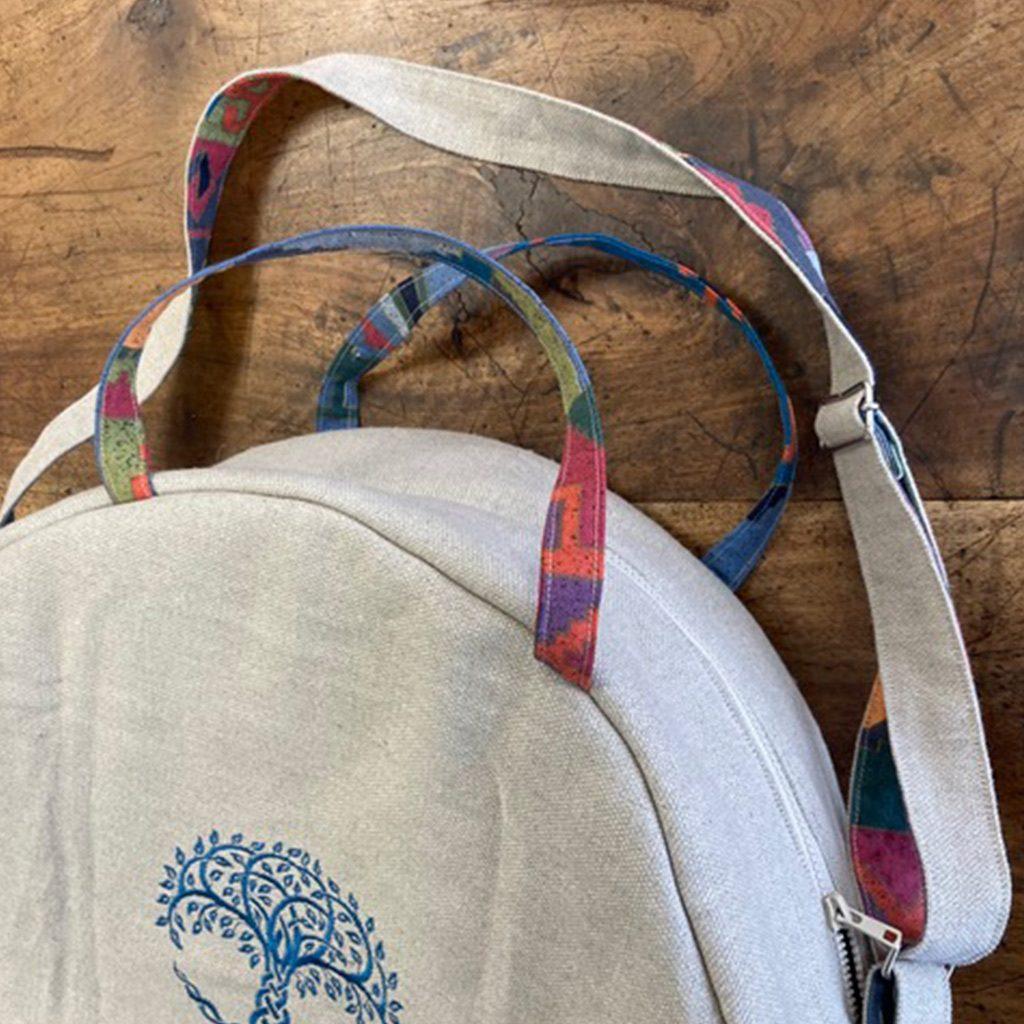 Création d'une housse pour tambourin chamanique en tissus taupe à l'extérieur et en tissu matelassé doublé aux couleurs vives à l'intérieur